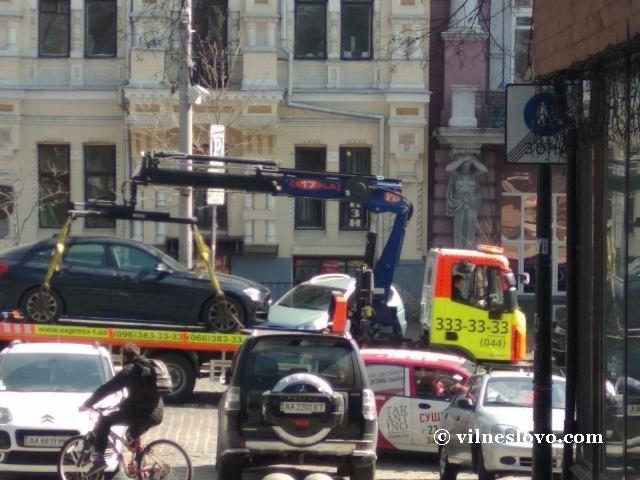 Киевские дорожные диверсии: эвакуатор