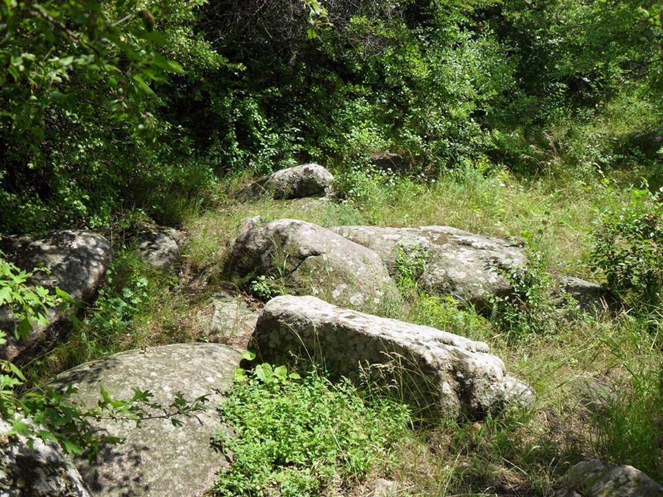 Уламки скель на березі