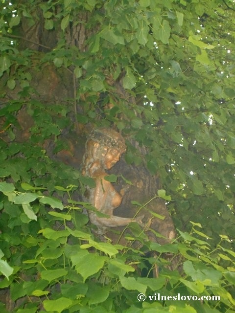 Мавка - скульптура на липі