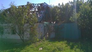 Разбитый жилой дом в Станице Луганской