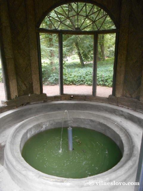 Старовинний фонтан