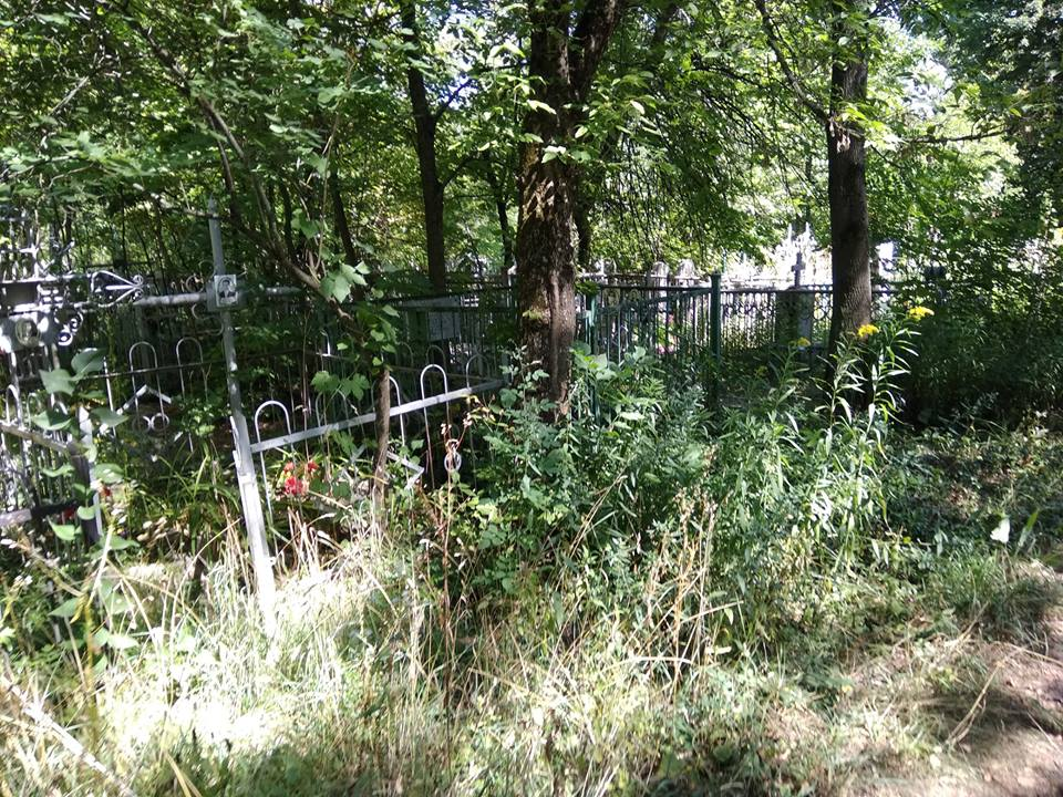 Заброшенные могилы на кладбище