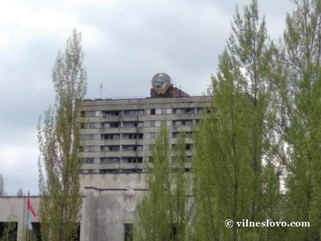 Старый герб на крыше дома - Припять сегодня