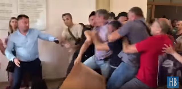 Захисники бродячих собак влаштували жорстоку бійку в Миколаївській міськраді