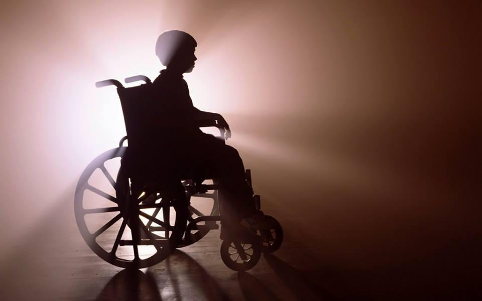 Особа з інвалідністю, що рухається у кріслі колісному як учасник дорожнього руху