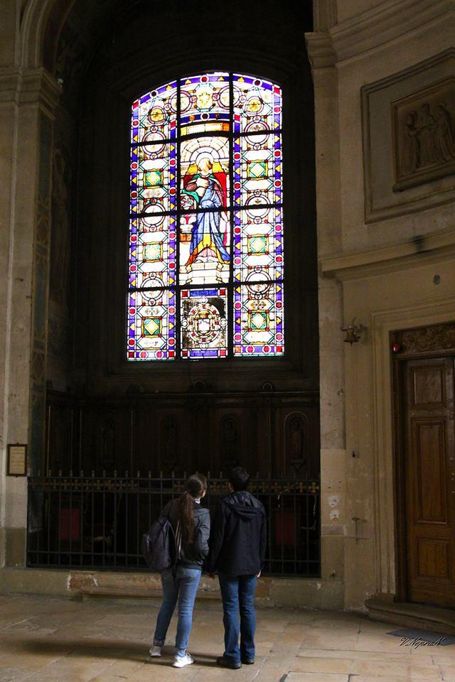 Вітражі у католицькому храмі Парижа
