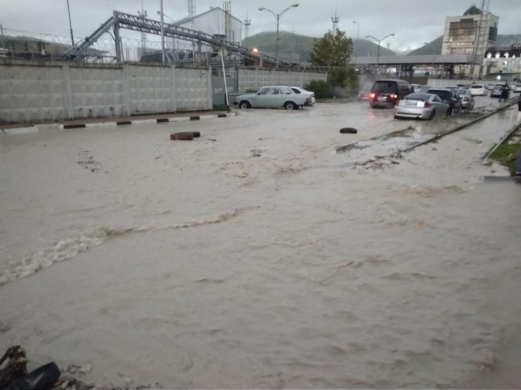 """Наводнение в Апшеронске: как """"великая и могучая"""" строит свое величие руками детей"""