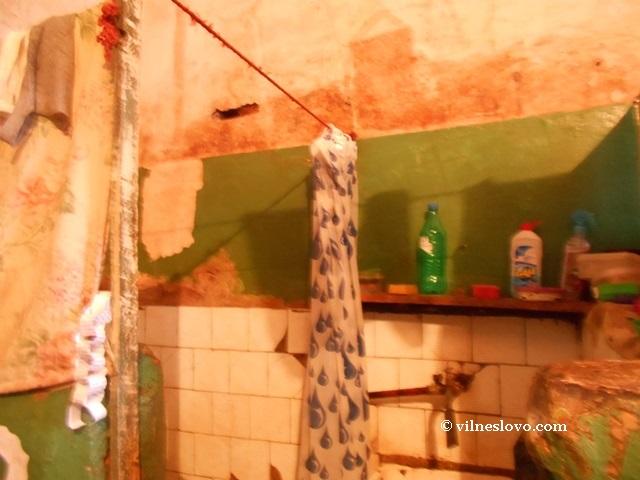 Туалет и умывальник в камере