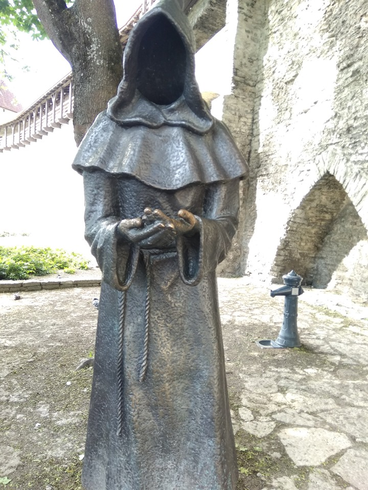 Безликие монахи Таллина