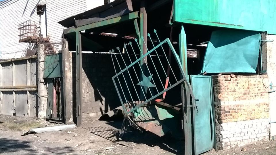 Станица Луганская разрушена обстрелами