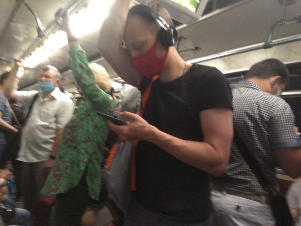 Переполненный вагон метро