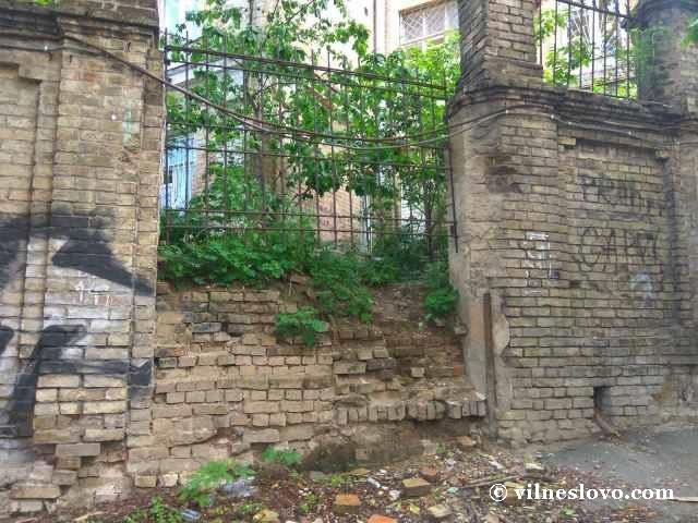 Забор вокруг заброшенного здания