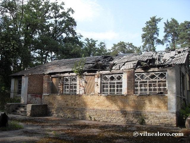 Стара будівля на території