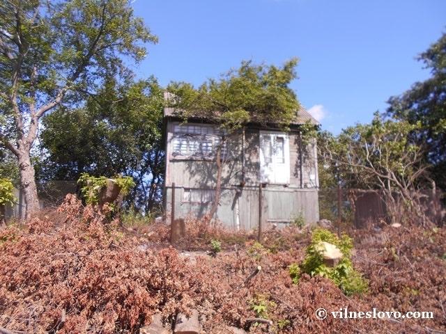 Дерев'яний садовий будиночок