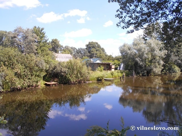 Дачний будинок над озером