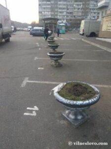 Клумба на парковке