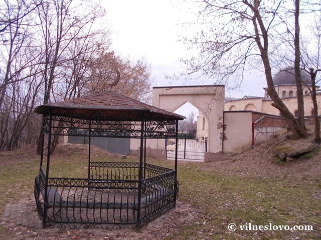 Альтанка на цвинтарі