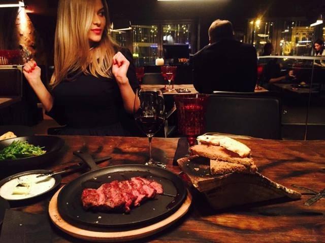 Ярослава Коба ест мясо