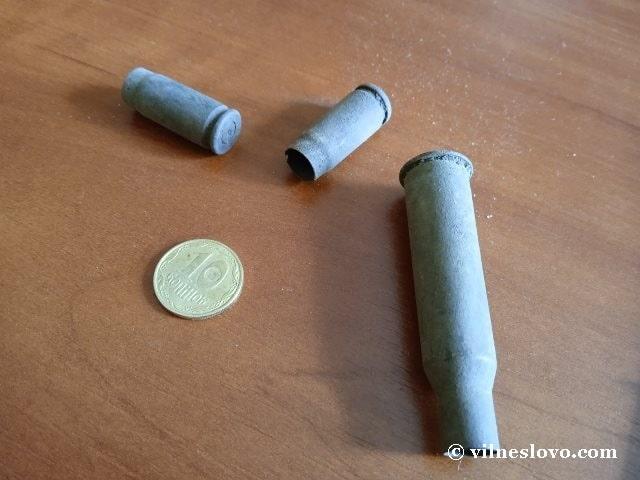 Три гільзи та монета