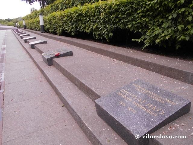 Могили з іменами героїв